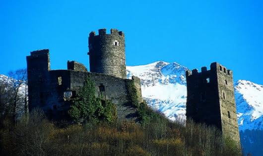 Deux tours se détachant sur le Grand Mont