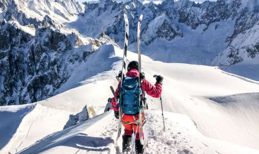 skieurs sur l'arrête de l'Aiguille du Midi