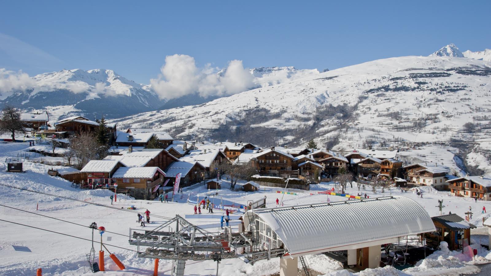 Front de neige avec le jardin des neiges et le départ du télésiège de Montchavin