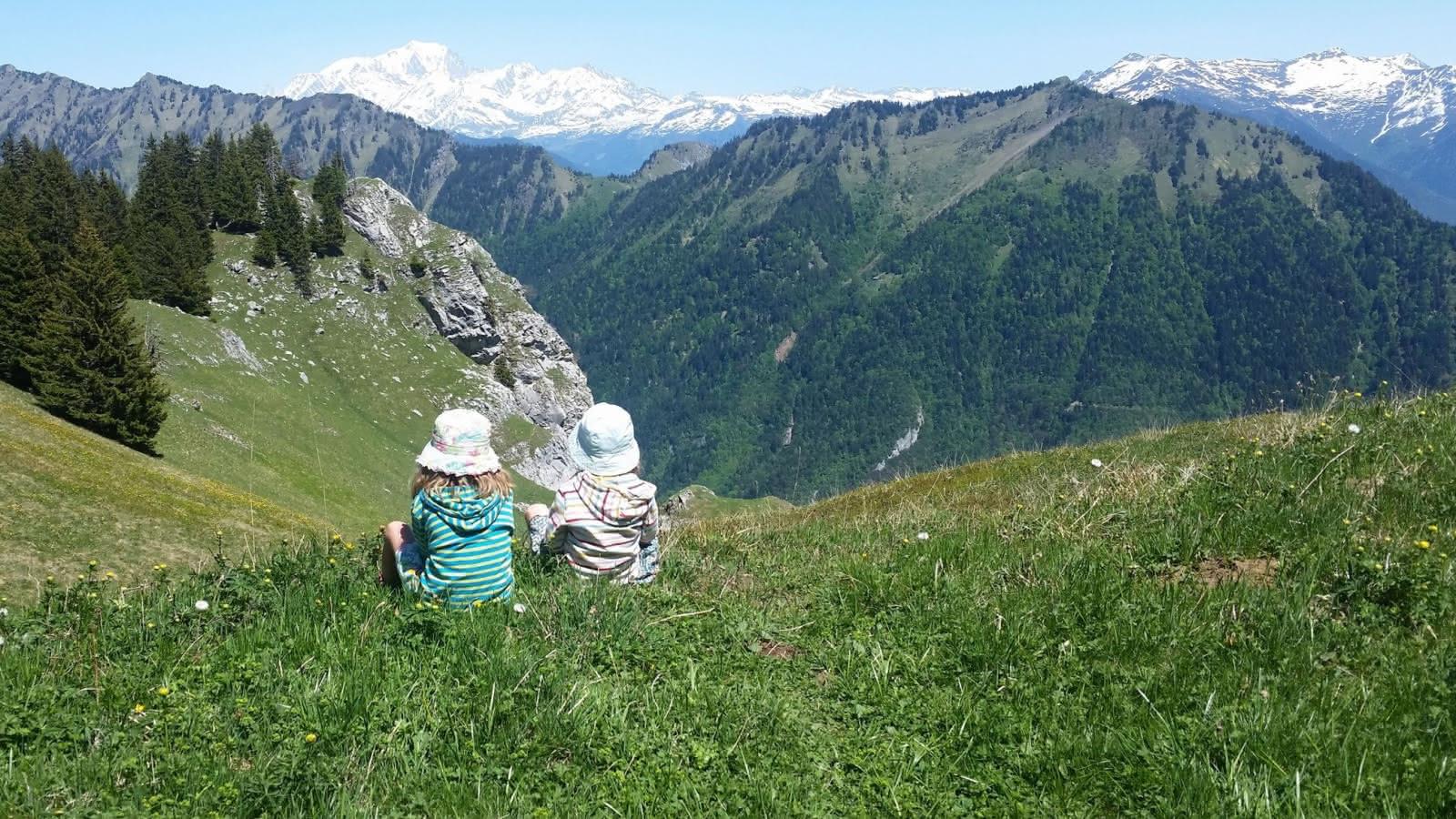 deux enfants assis dans l'herbe à la Sambuy