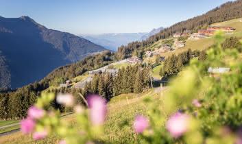 Le hameau de Bisanne 1500 et les vallée d'Albertville en contrebas