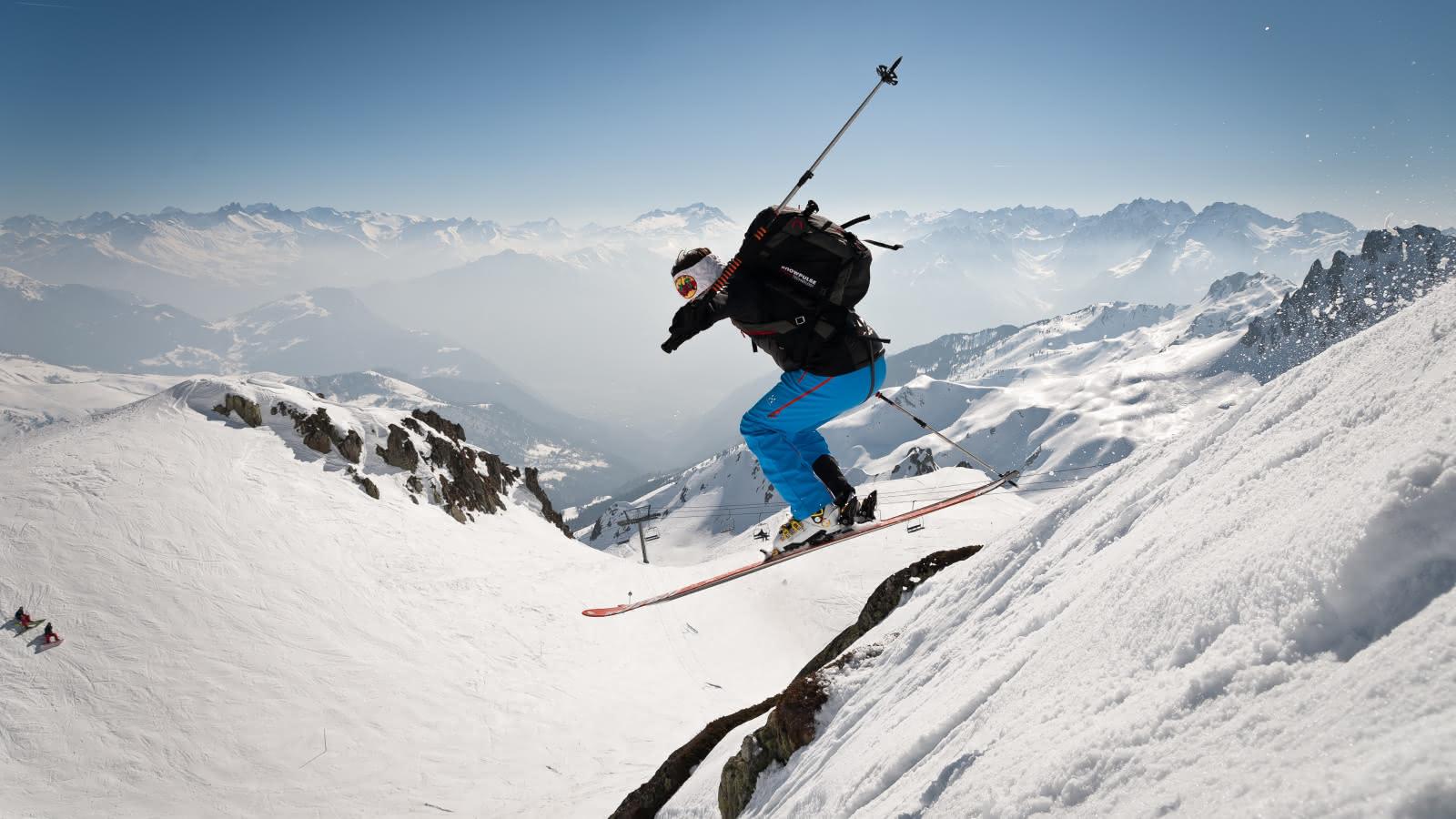 Skieur sautant sur le domaine skiable