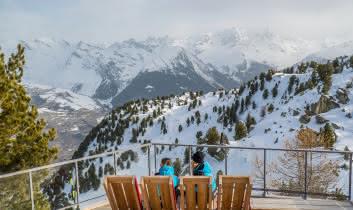 Deux filles sur les sièges de la terrasse
