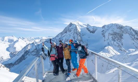 groupe de skieurs sur la passerelle de l'Aiguille Rouge