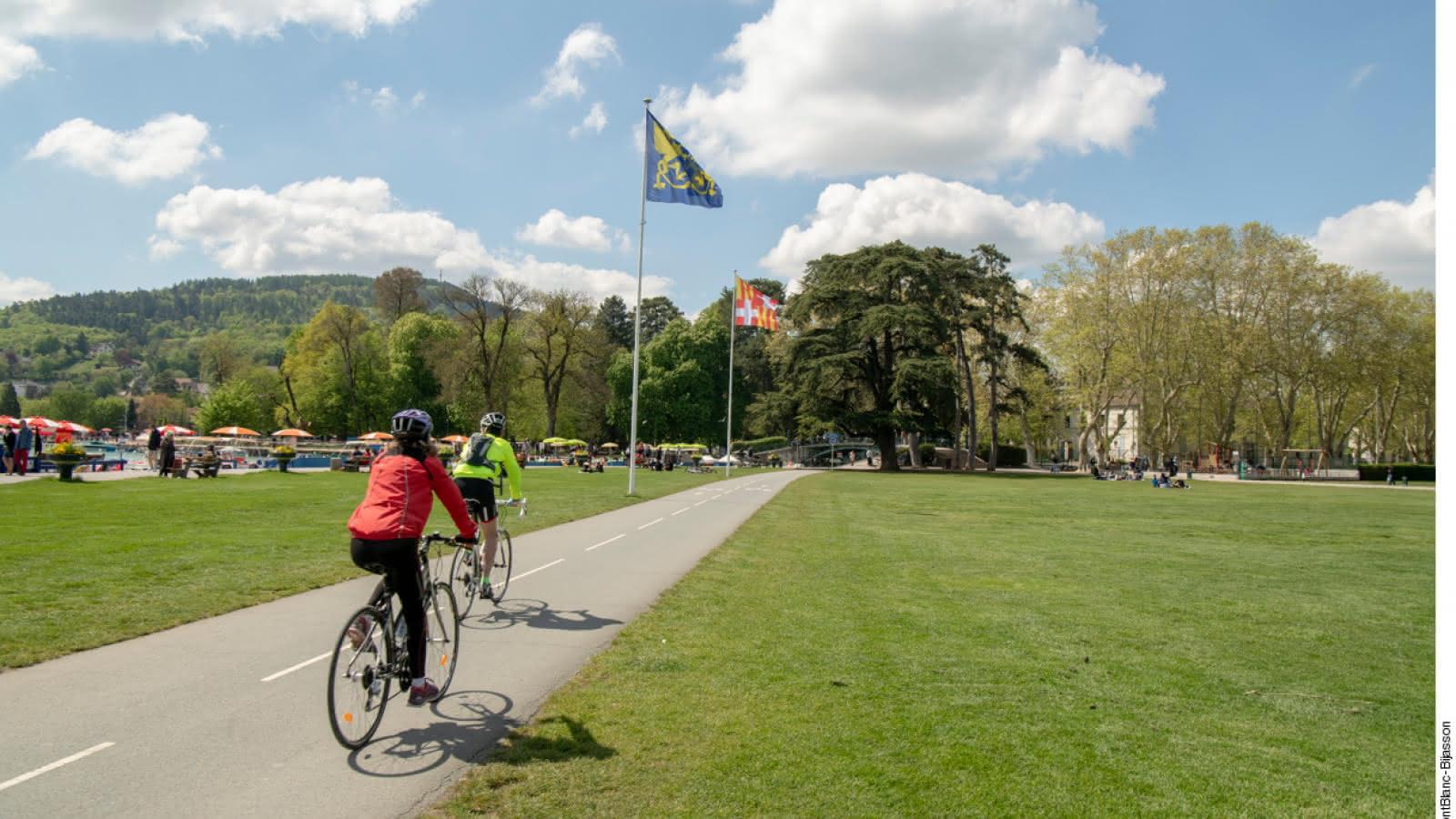 Cyclistes sur piste cyclable du centre ville d'Annecy - Le Pâquier