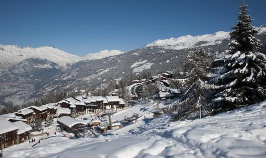 Front de neige avec le départ du télésiège de Plan Bois