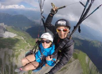 vol parapente tandem au-dessus des montagnes