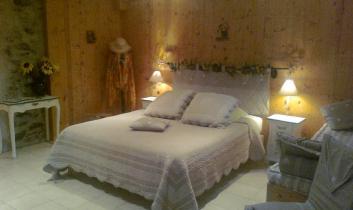 La Chambre Capucine est composée d'un lit 160x200 et un lit 90x180; Lits de qualité 'Luxe Hôtel'. Vaste , décorée avec gout  de pierres et de bois , raffinée.WIFI;25m²