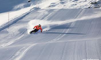 Un skieur en Carving sur neige de velour à méribel