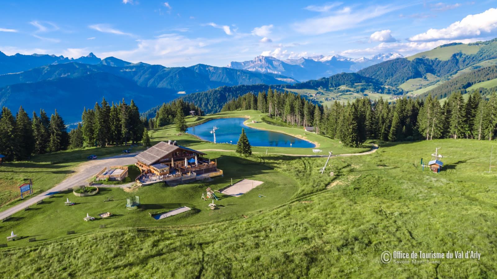 Vue aérienne du lac du Mont-Lachat à Crest-Voland / Cohennoz