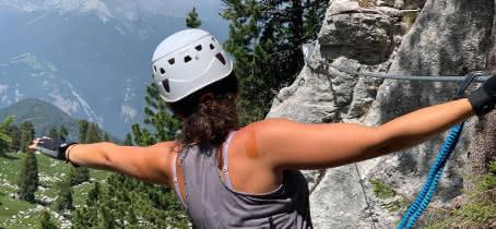 femme en via ferrata vue montagne