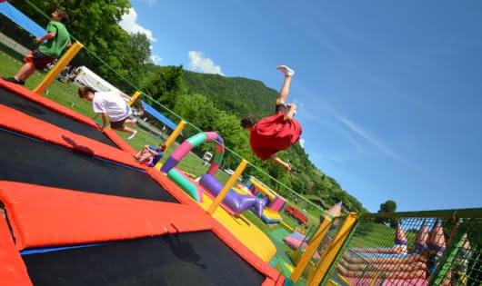 Base de loisirs pour les enfants avec jeux et plan d'eau