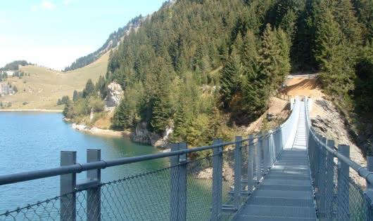 Lac et passerelle de Saint Guérin