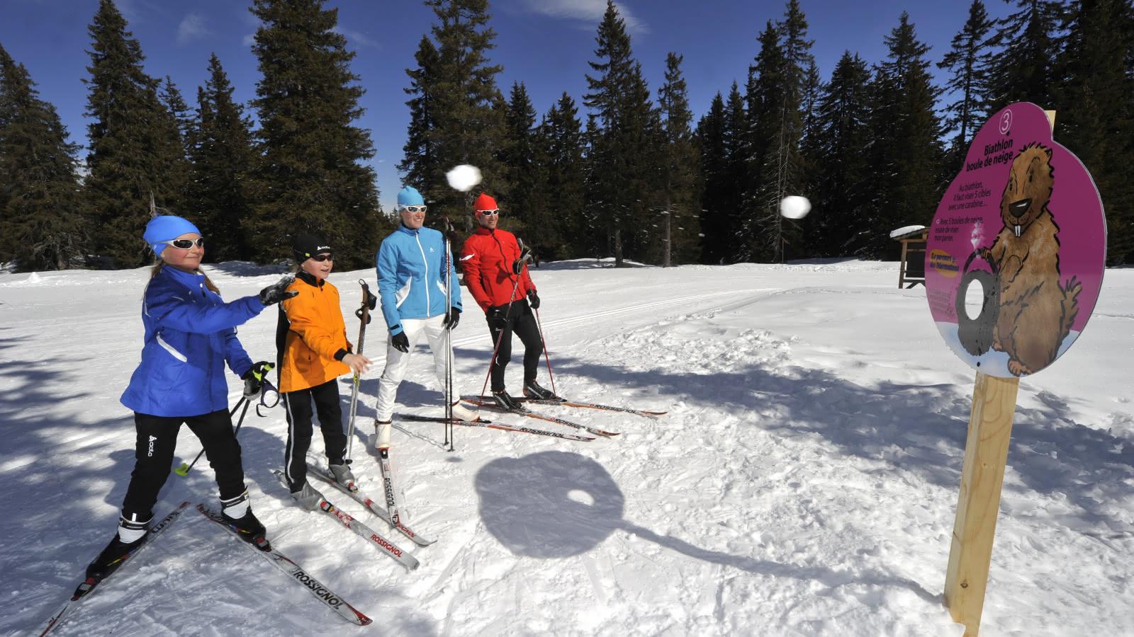 Attelier biathlon boulles de neige en famille
