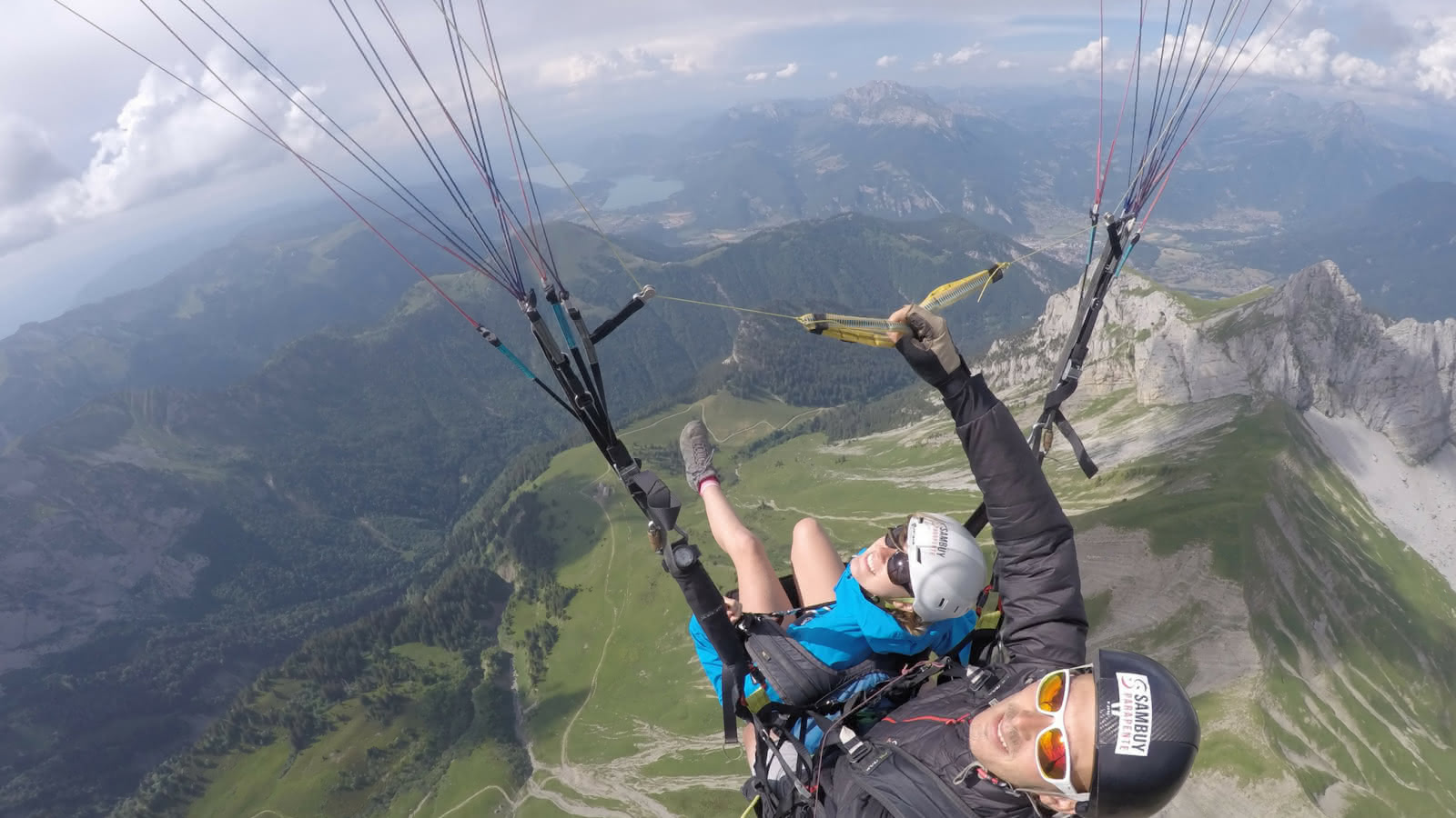 Vol en parapente au-dessus des montagnes