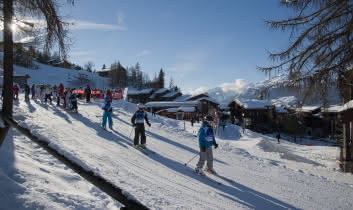 Front de neige avec rassemblement des Ecoles de ski