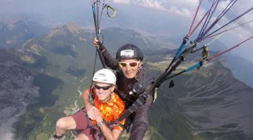 vol parapente au-dessus des montagnes
