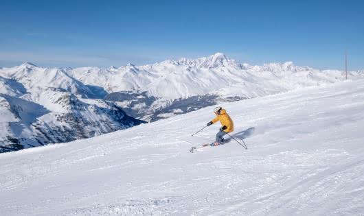 Skieur sur une piste avec vue sur le Mont-Blanc