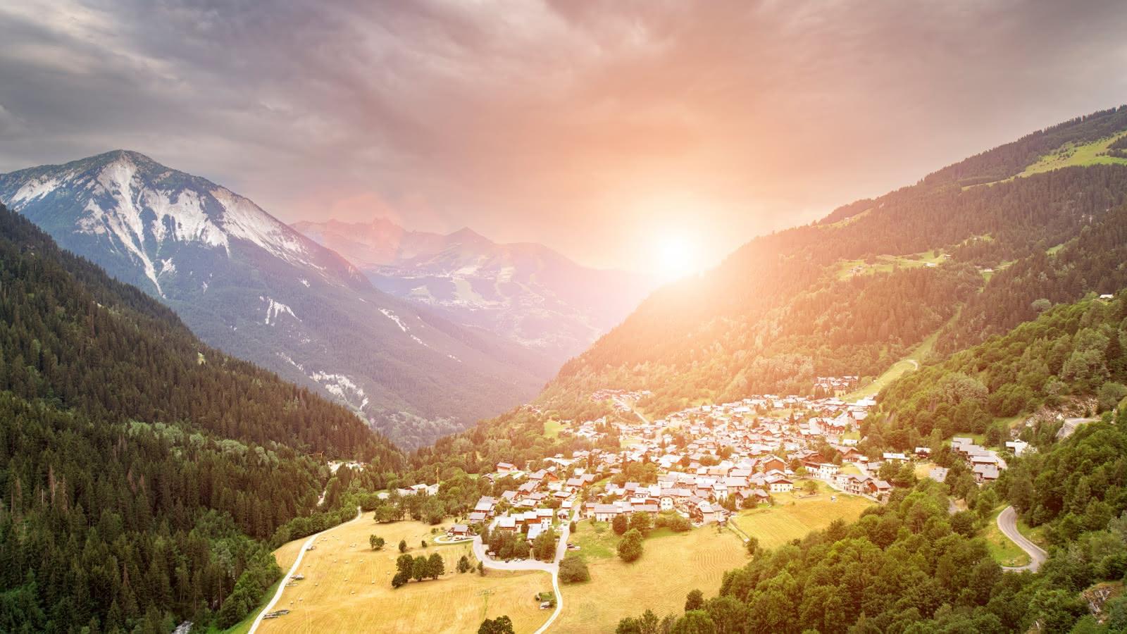 Vue panoramique sur le village au couché du soleil