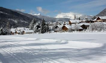Pistes de ski de fond avec vue sur le village, juste après une chute de neige