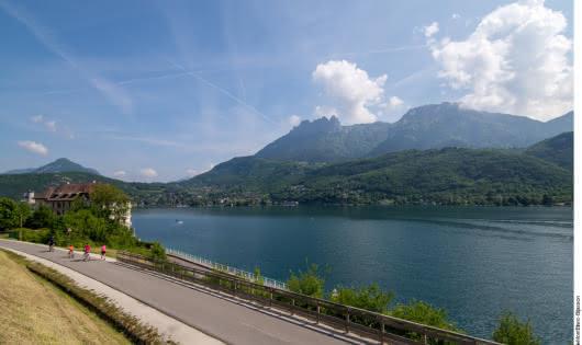 Vélo sur la voie verte autour du lac d'Annecy avec vue sur les Dents de Lanfon et Lanfonnet - Duingt