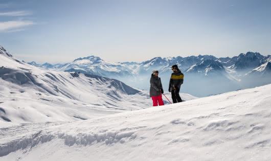 Couple en haut des pistes de Saint François Longchamp
