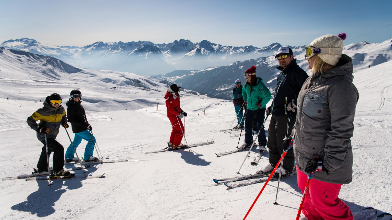 Groupe d'amis skiant sur le domaine de Saint françois Longchamp