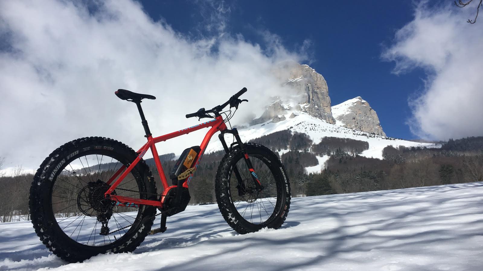 Balade en Fatbike à assistance électrique au Col de l'Arzelier sur la neige.