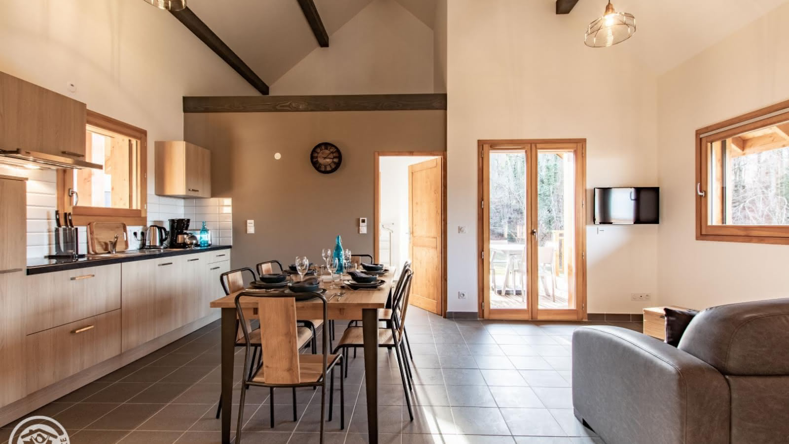 Cuisine ouverte, séjour, coin salon et accès chambre 1 et terrasse privative