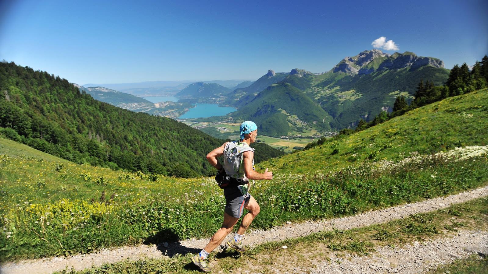 coureur avec arrière plan montagne des Aravis et lac d'Annecy