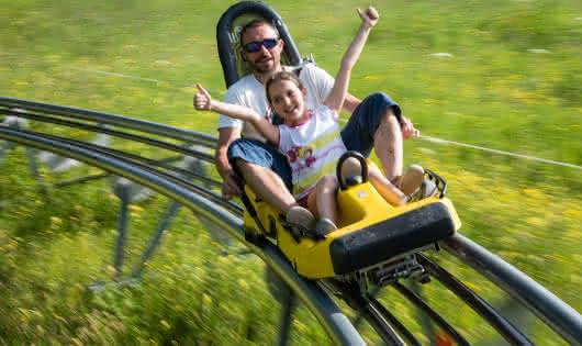 Luge sur rails enfants en été