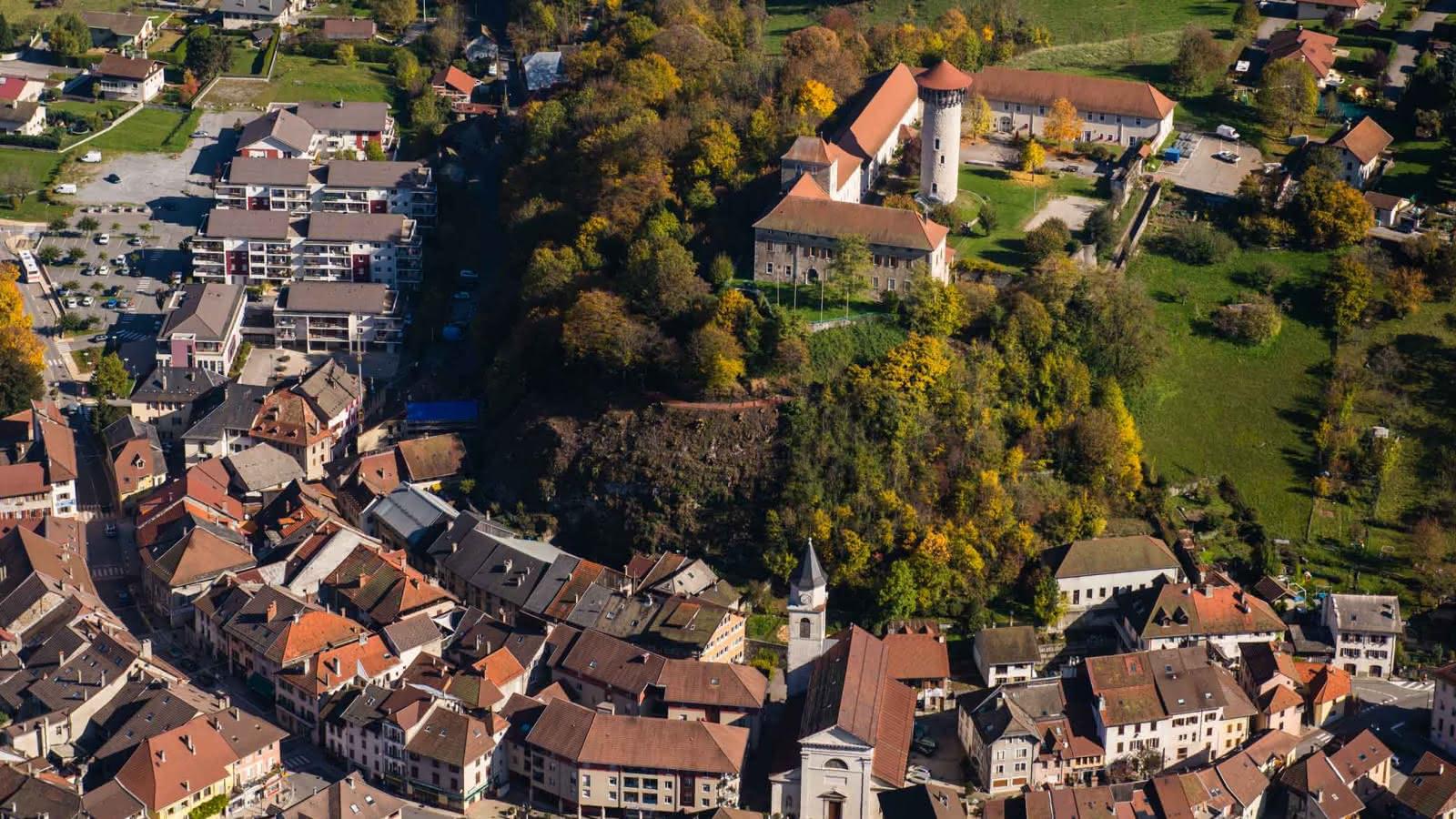 Vue aérienne du château de Faverges et du patrimoine urbain