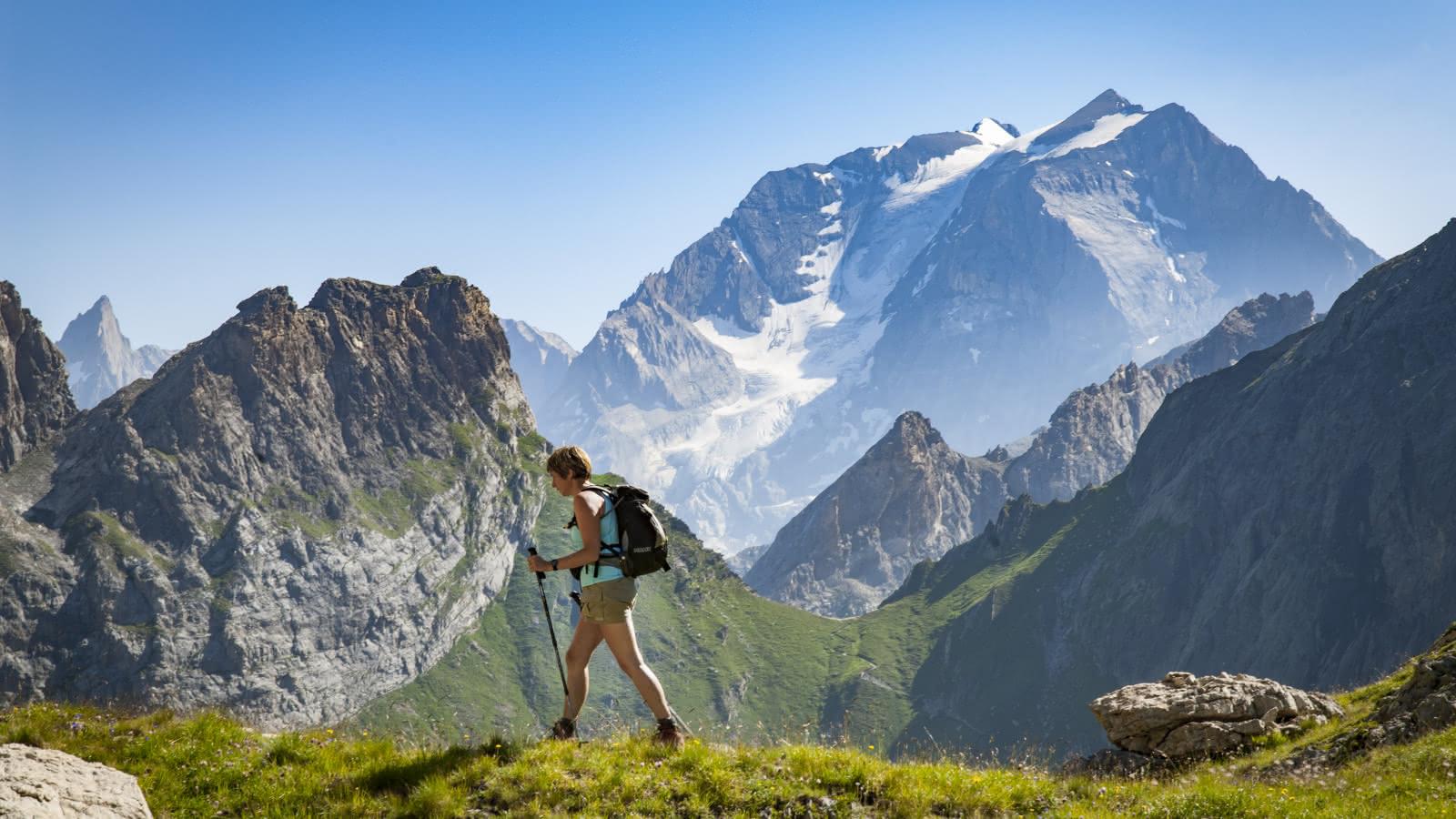 Randonneuse au Petit Mont Blanc avec vue sur la Grande Casse