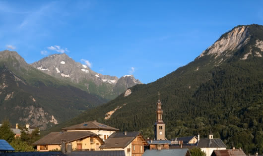 Bozel le village devant Grand Bec et Dent du Villard