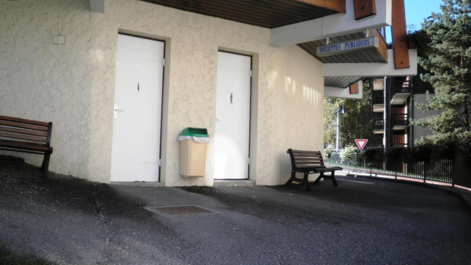 Toilettes publiques en dessous de l'Office de Tourisme