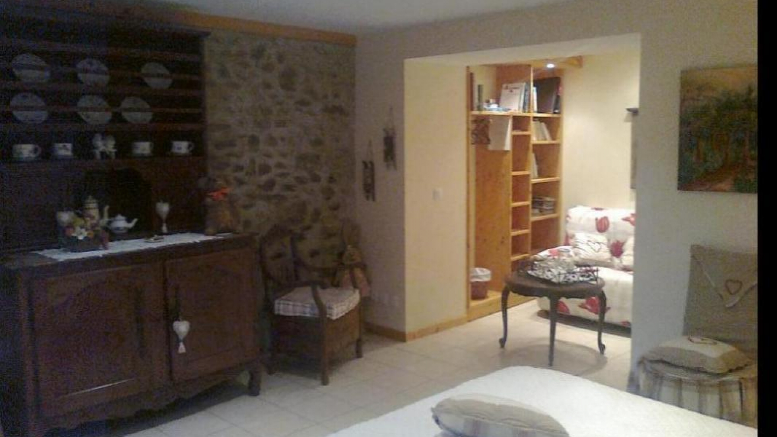 La chambre Amandine est luxueusement décorée,avec goût liant pierre, bois et mobilier ancien.Le lit(160x200)est de qualité 'hôtel luxe' Bibliothèque à disposition avec penderie.Capacité de 4 personnes (lit 140x180 possible);WIFI; 25m²