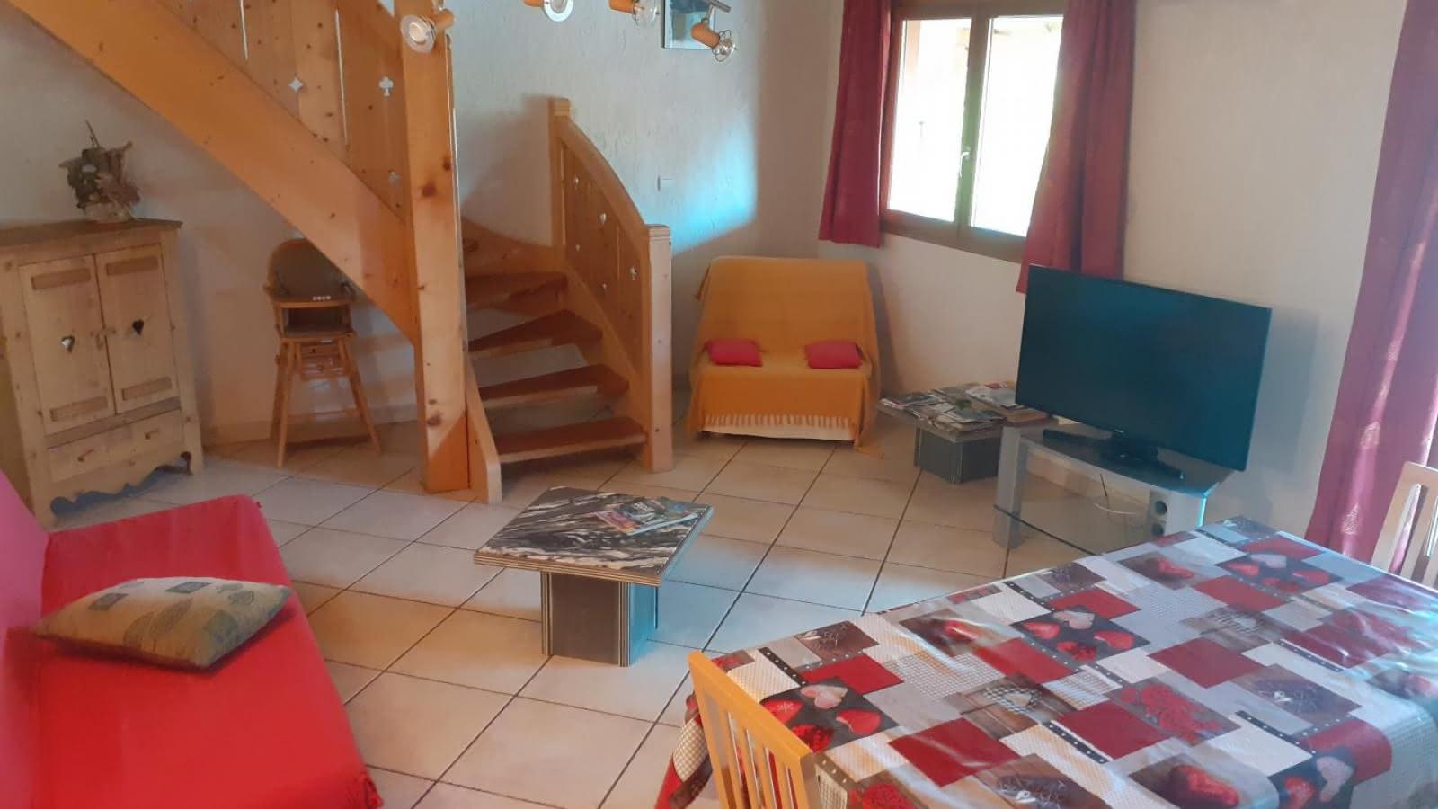 Coté salon avec accès à la mezzanine