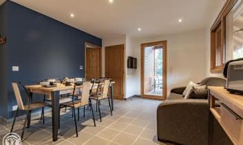 Espace repas et accès chambres et terrasse