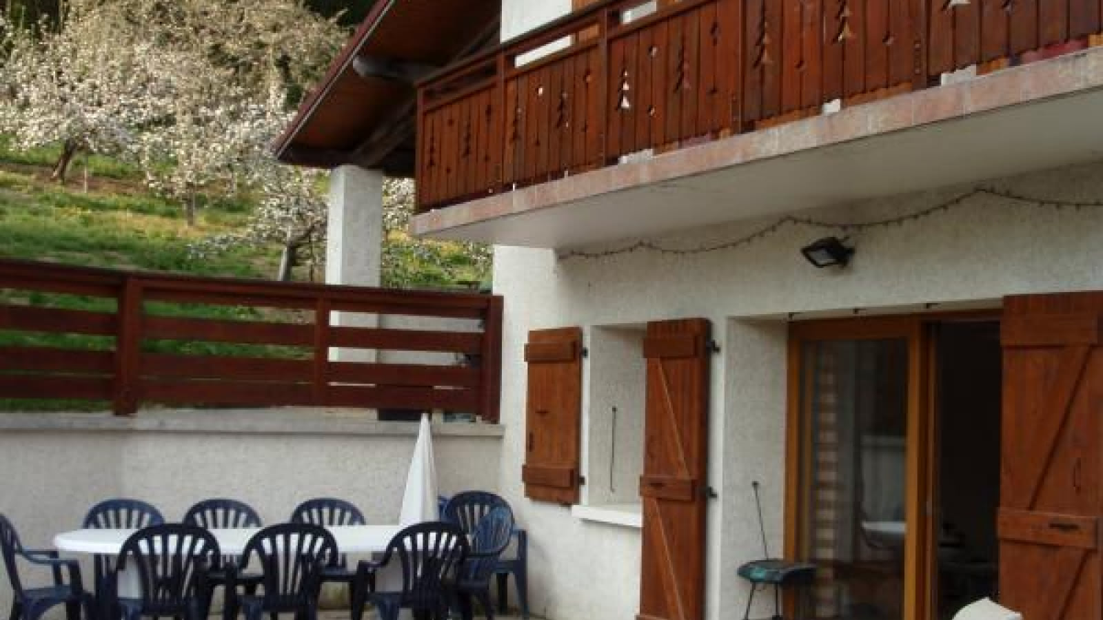 Le coin terrasse avec store électrique, transats et barbecue