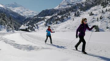 Deux skieurs au lac de tueda