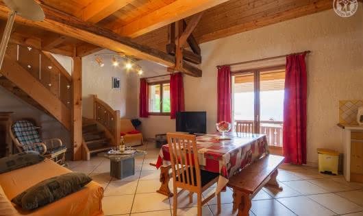 La grande pièce à vivre ouvrant sur le balcon-terrasse
