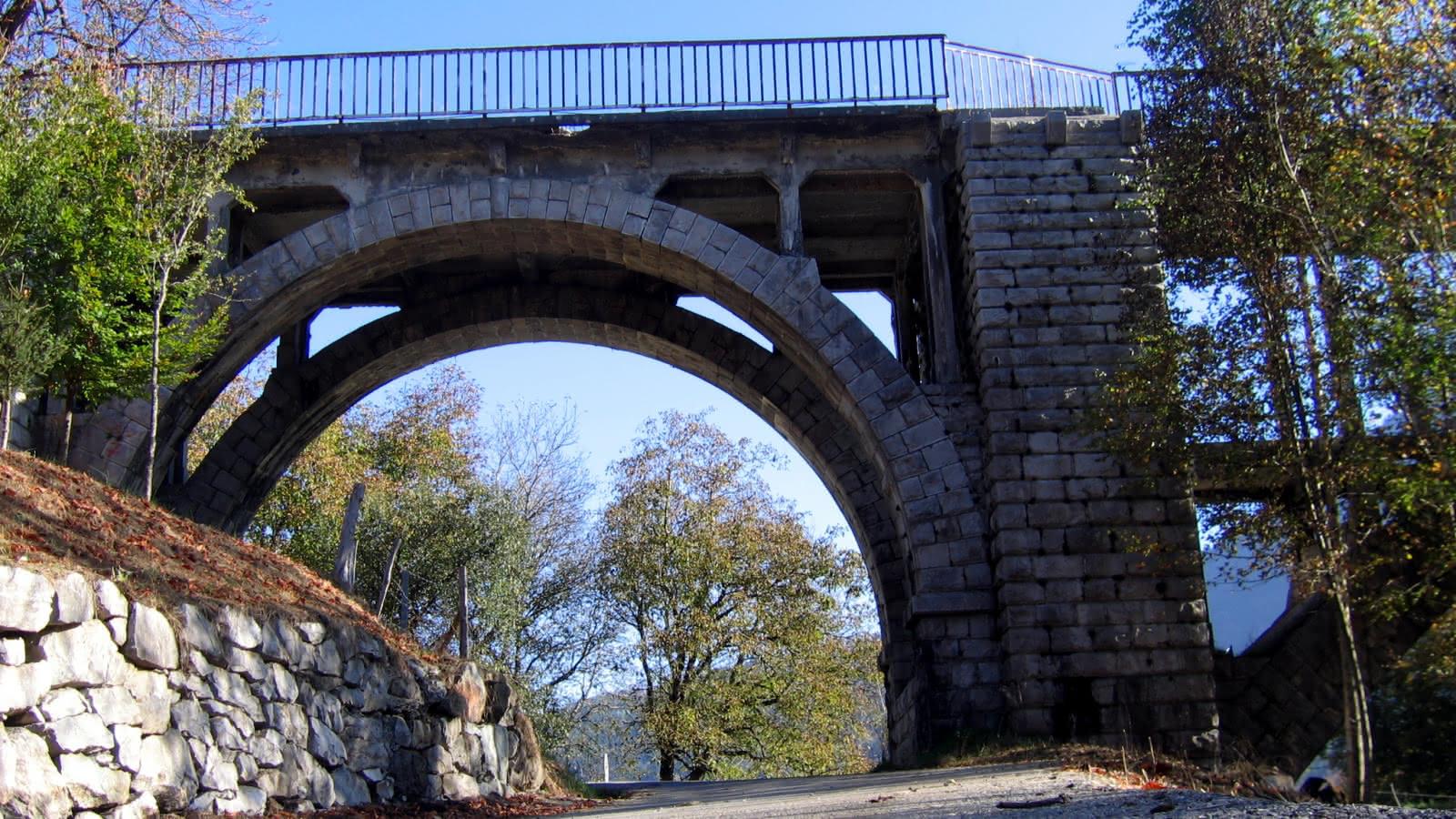 vue de la berge sous le pont