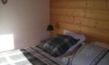 Chambre avec un lit 2 personnes composé de 2 lits 90 x 190cm
