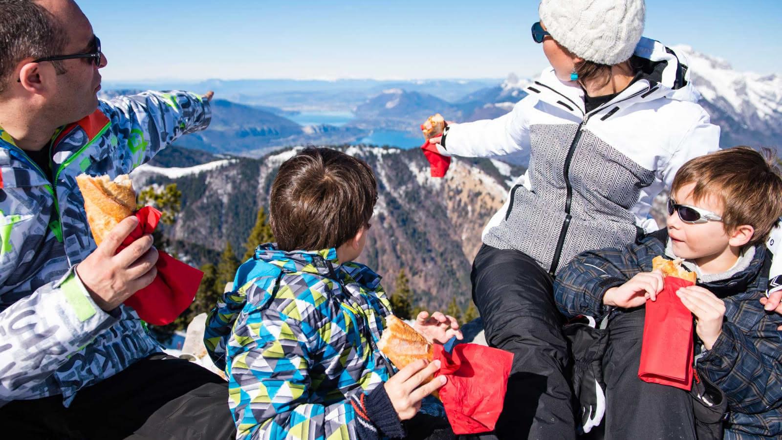 Vue lac Annecy pique nique en famille