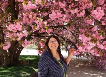 Sabrina Millot et arbre en fleurs