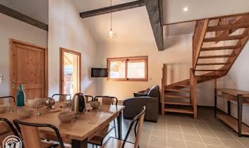 Coin repas et salon avec escalier d'accès à la mezzanine